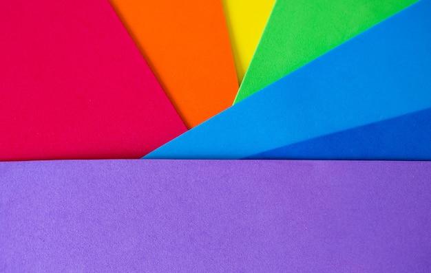 Geometrische regenboogachtergrond met schaduwen en textuur