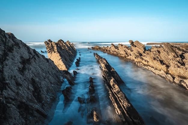 Geopark met lange blootstelling in sakoneta aan de kust van deba op waterniveau baskenland