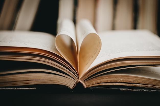 Geopend boek met hartvormige pagina. hart van boekpagina, valentijnsdag