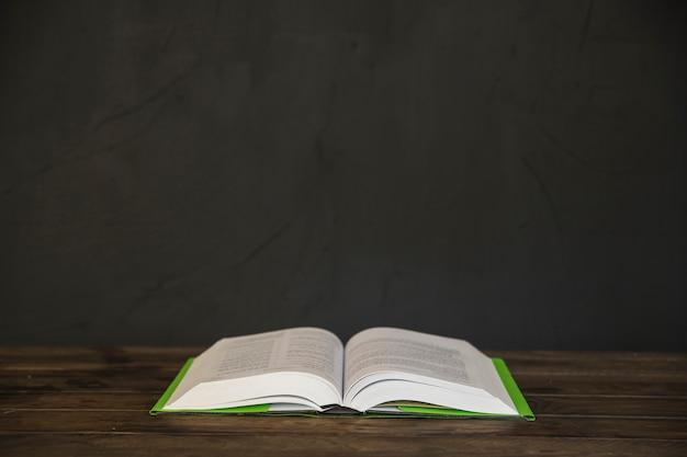 Geopend boek op houten lijst