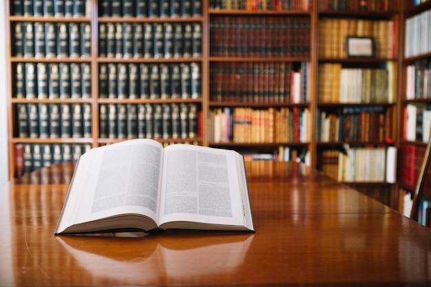 Geopend boek over bibliotheektafel