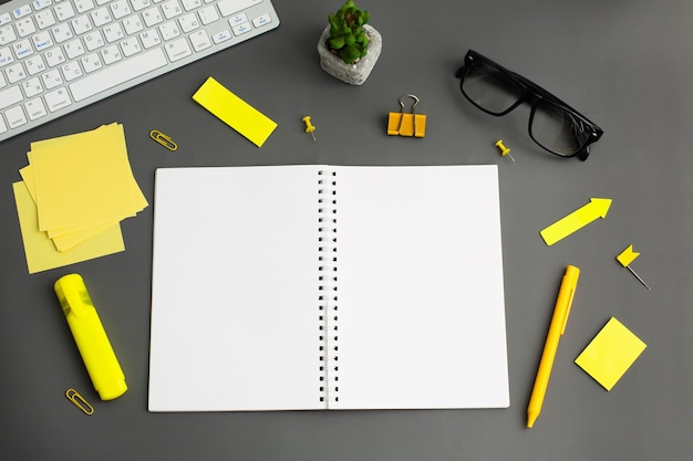 Geopend notebook en andere kantoorapparatuur zoals computertoetsenbord,