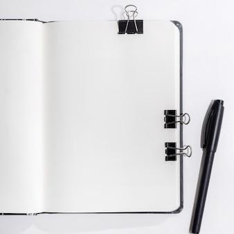 Geopend notitieboekje op wit