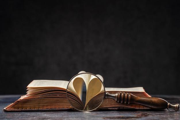 Geopend oud boek met hart gevormd uit twee pagina's. open pagina's vormen hart een symbool van liefde