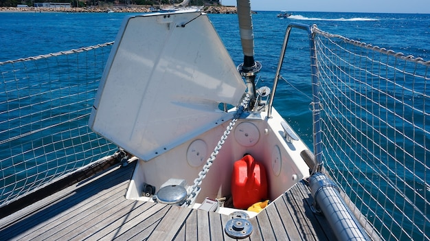 Geopende ankerbak op open zee van zeilboot, houten dek