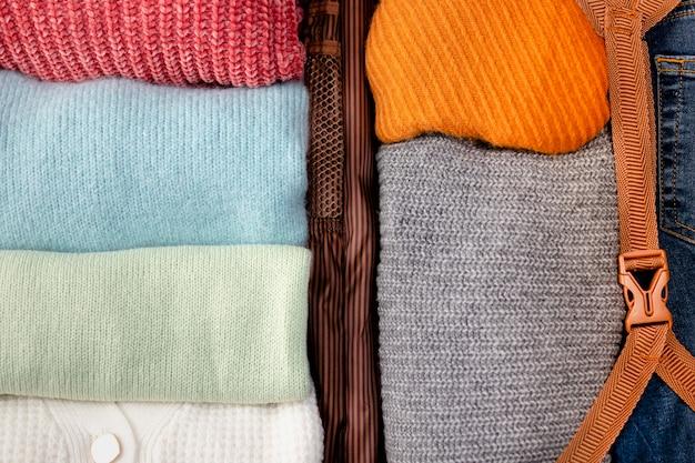 Geopende bagage met gevouwen kleding close-up