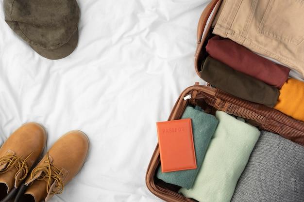 Geopende bagage met opgevouwen kleding en schoenen