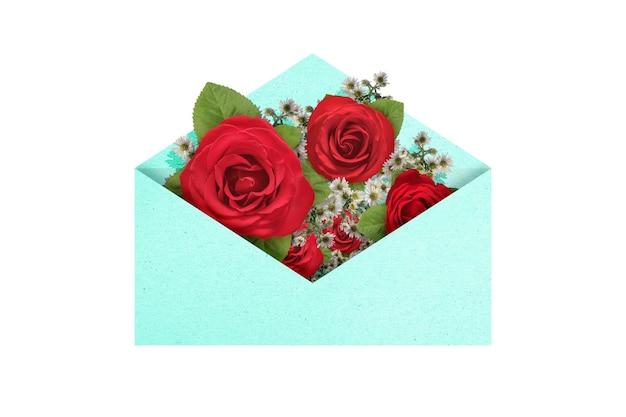 Geopende blauwe envelop met rood roze bloem geïsoleerd op witte achtergrond