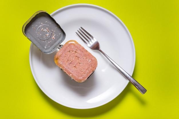 Geopende blikje met corned beef, bovenaanzicht keukentafel