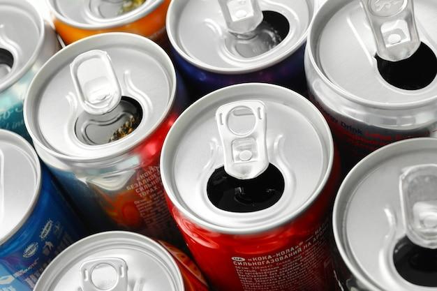 Geopende blikjes met drankjes van verschillende populaire merken, bovenaanzicht