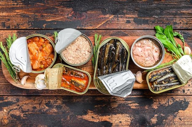 Geopende blikjes worden geconserveerd met makreelgeep, zalm, sprot, sardines, inktvis en tonijn