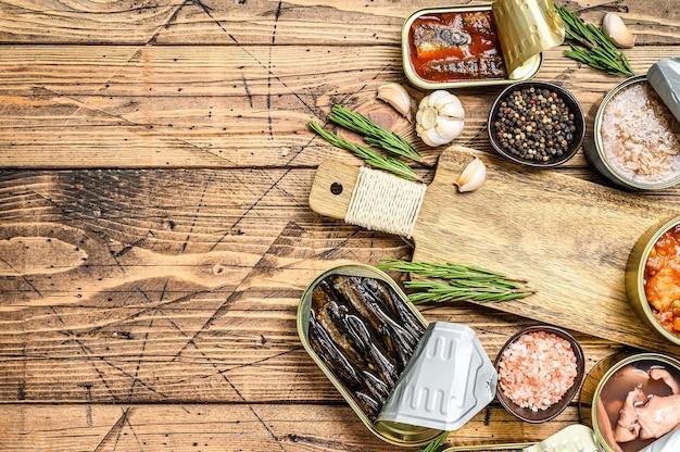 Geopende blikjes worden geconserveerd met makreelgeep, zalm, sprot, sardines, inktvis en tonijn.