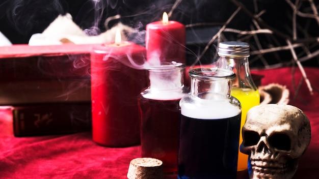 Geopende flessen met drankjes en halloween-versieringen