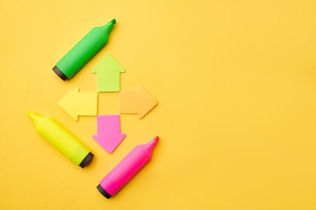 Geopende kleurrijke permanente markeringen en magnetische pijlen. kantoorbenodigdheden, accessoires voor school of onderwijs, schrijf- en tekengereedschappen