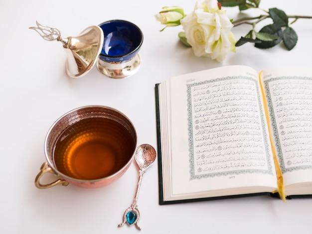Geopende koran op gedecoreerde tafel
