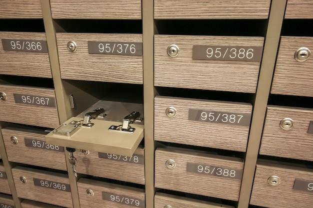 Geopende locker mailboxen post voor het bewaren van uw informatie, rekeningen, ansichtkaarten, e-mails enz., condominium mailbox voorschriften