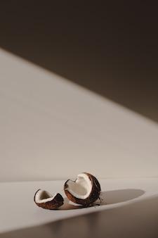 Geopende stukjes kokosnoot geïsoleerd op een witte achtergrond Premium Foto