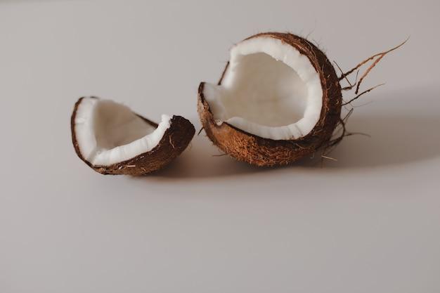 Geopende stukjes kokosnoot geïsoleerd op een witte achtergrond