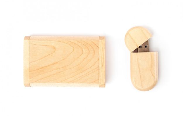 Geopende usb-flashdrive in een houten kist naast een houten geschenkdoos.