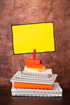 Geordend gestapeld notitieblok, bundelnotitieboekjes, nette stapel documenten, prettige opstelling schrijfmateriaal, schone werkruimte, kantoor academische zakelijke collecties