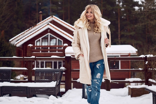 Georgeous elegante blonde in lichte winterjurk