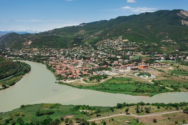 Georgia travel en bezienswaardigheden. een reis naar georgië. landschappen van georgië bovenaanzicht. panorama van tiblisi in zomer bovenaanzicht