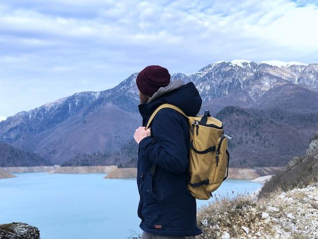 Georgië, uitzicht op de bergen en mensen met rugzak winter portret