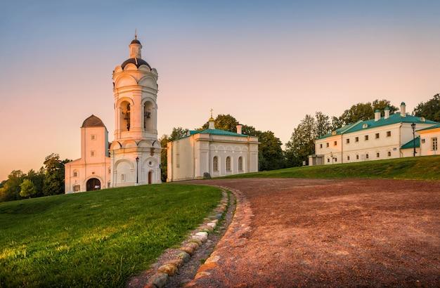 Georgievskaya-kerk en poort in kolomenskoye in moskou op een de zomerochtend