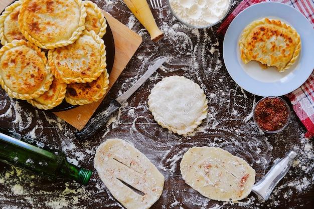 Georgisch cakedeeg, of taart-khachapuri. huiselijk leven, bakkerij.