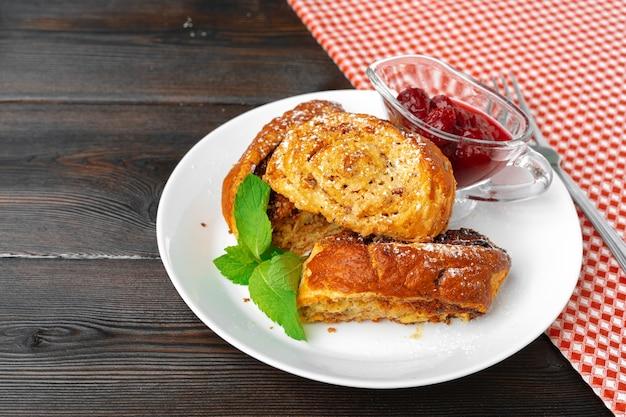 Georgisch gebakken zoet notenbroodje met bessensaus dichte omhooggaand