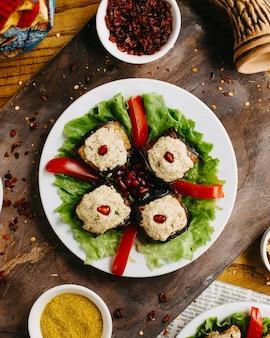 Georgische aubergineroulettes op een lijst
