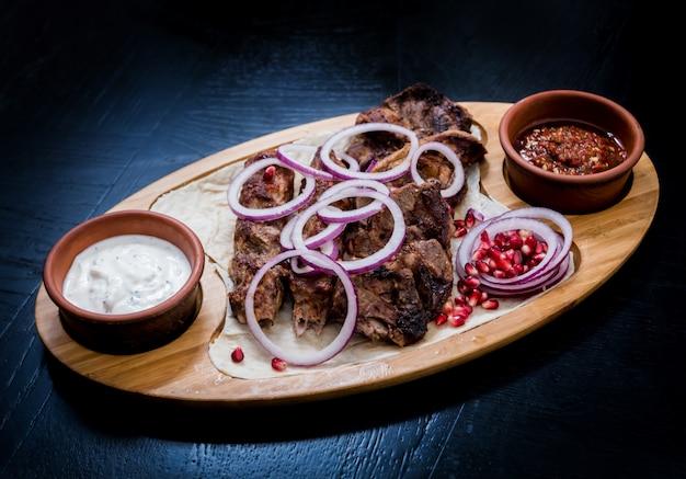 Georgische gerechten. gegrild vlees met khinkali. georgisch restaurant.