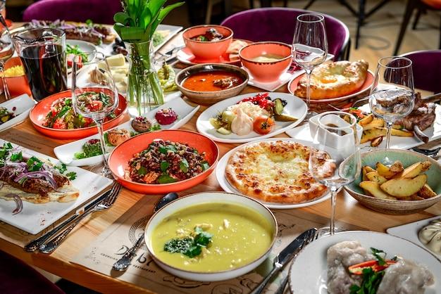 Georgische keuken. een grote gedekte tafel met verschillende gerechten voor het hele gezin op een vrije dag.