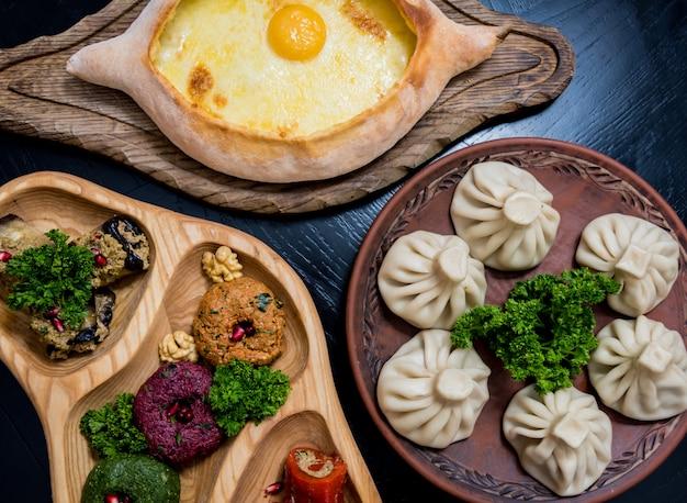 Georgische keuken eten set. khachapuri, dolma, satsivi, khinkali, pkhali.
