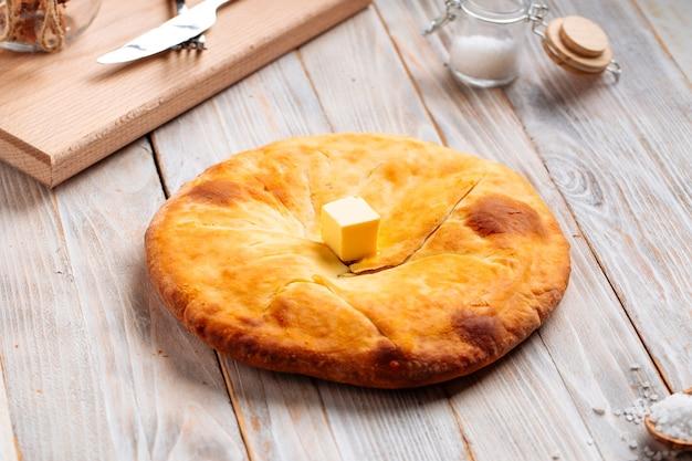 Georgische keuken megrelian khachapuri brood op de houten tafel