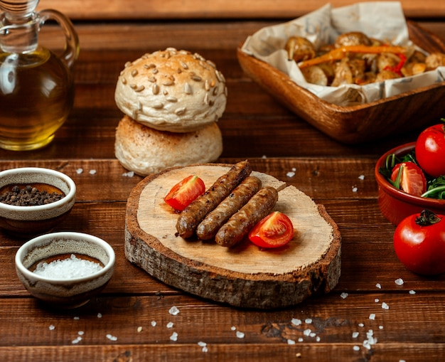 Georgische kupati op houten bord