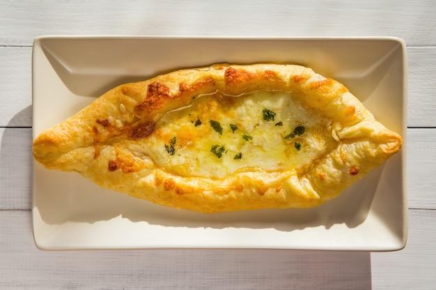 Georgische nationale taart khachapuri met kaas en boter