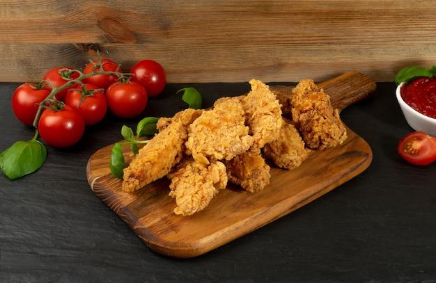 Gepaneerde gebakken kip op houten