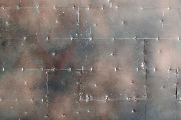 Gepantserde muur van metalen platen.