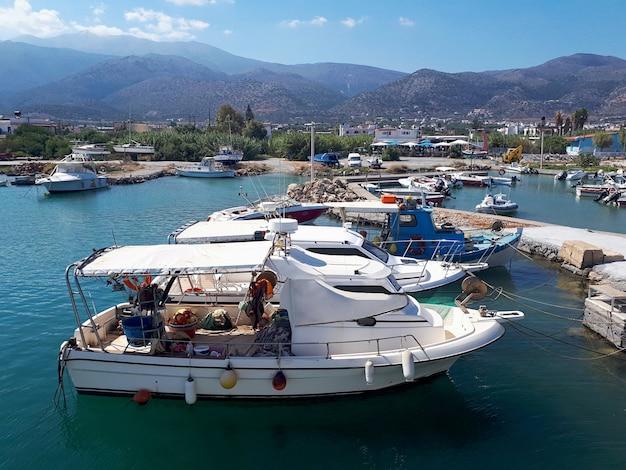 Geparkeerde boten in het eiland van kreta