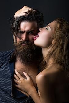 Gepassioneerd paar romantische geliefden sexy elegante mensen in tedere passie tong