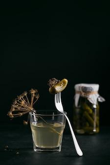 Gepekeld sap, augurk en gemarineerde komkommer in een glazen pot. schoon eten, vegetarisch voedselconcept