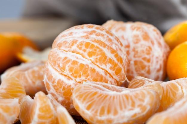 Gepeld en tijdens het seizoen in mooie rijpe zoetzure mandarijn gesneden