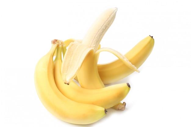 Gepelde banaan die op witte achtergrond wordt geïsoleerd