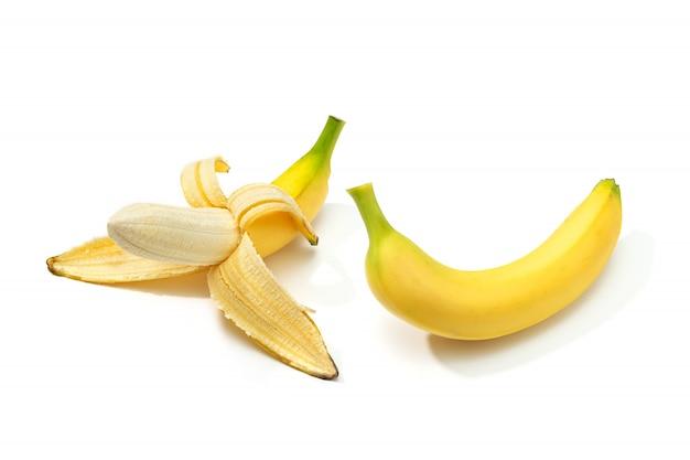 Gepelde banaan en banaan geïsoleerd