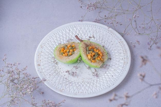 Gepelde perensalade met wortel en pompoenpitten