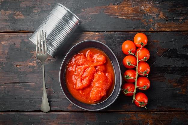 Gepelde tomaten, op oude donkere houten tafel achtergrond, bovenaanzicht