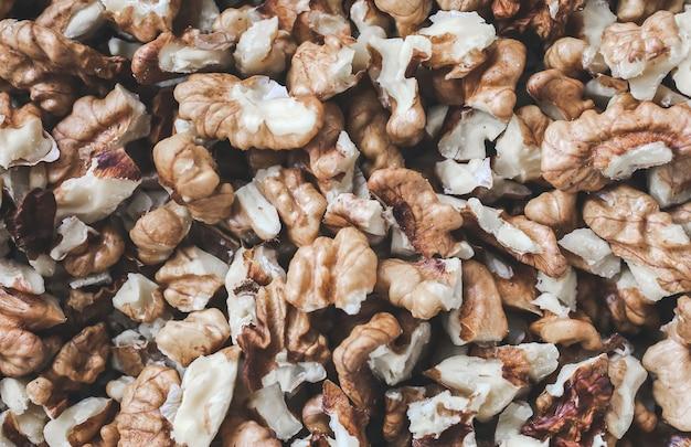 Gepelde walnoten achtergrond. noten textuur. gezonde energie veganistisch eten. superfood voor hipster-levensstijl.