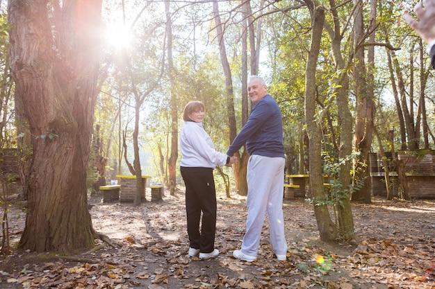 Gepensioneerd echtpaar hand in hand na een lange dag