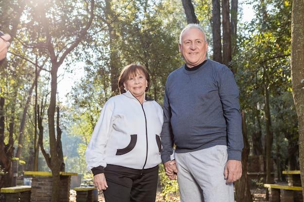 Gepensioneerd echtpaar lachend buitenshuis